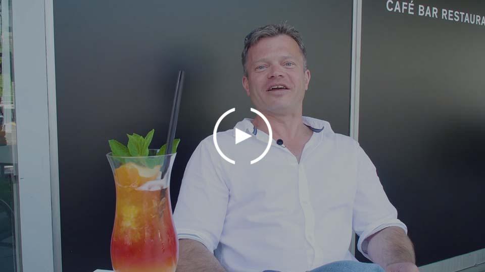 Mann dank Produkt mehr Zeit beim Cocktail