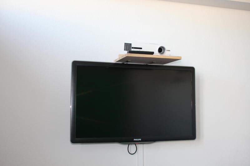 Projektor im Studio mit Bildschirm